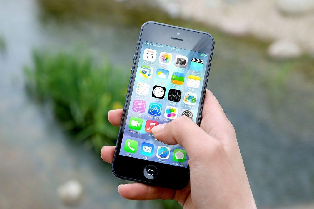 Plano corto de una mano manejando un smartphone