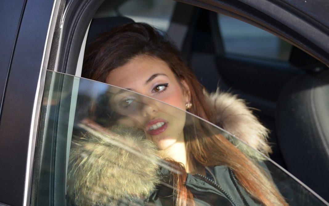 Imagen de una mujer asomada a una ventanilla
