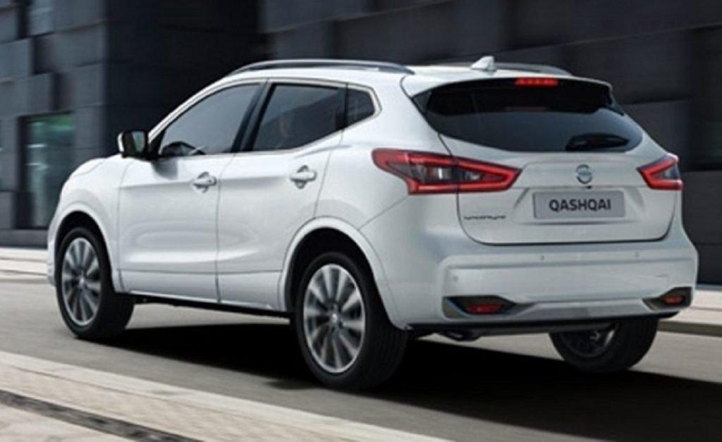 Imagen de un Nissan Qashqai Q-Line de color blanco tres cuartos trasero