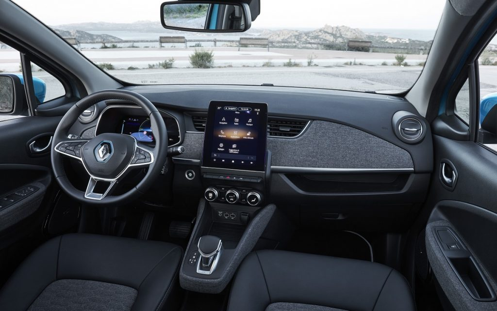 Imagen interior del Renault Zoe 2020 de color azul en carretera