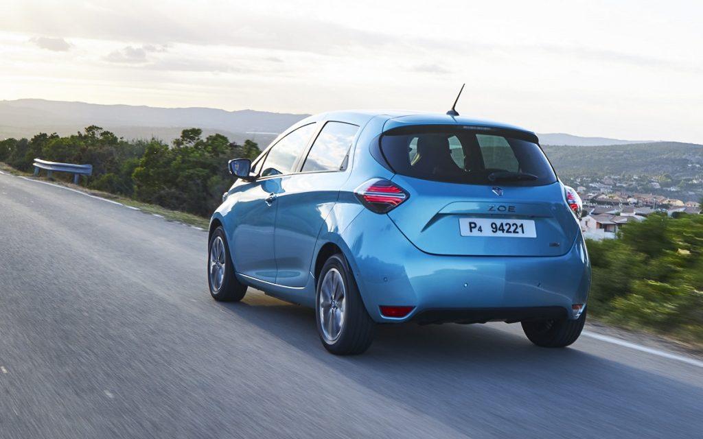 Imagen del Renault Zoe 2020 de color azul en carretera