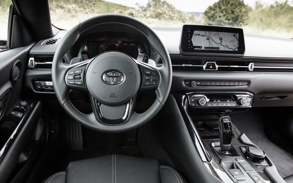 Imagen interior del nuevo Toyota Supra GR de color amarillo