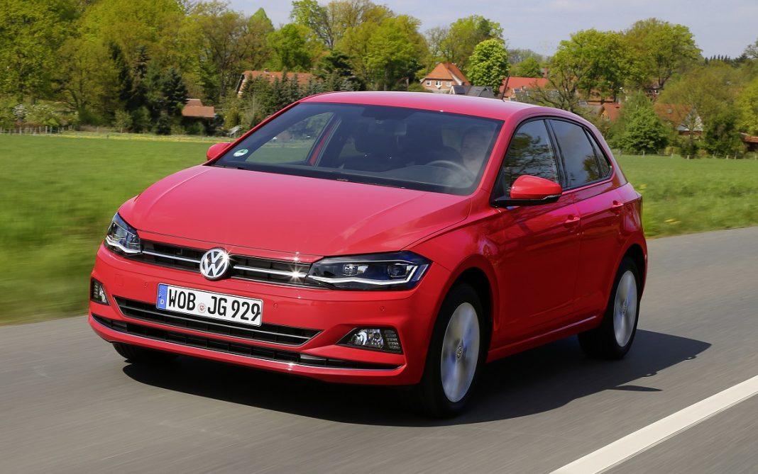 Imagen tres cuartos delantero del VW Polo rojo