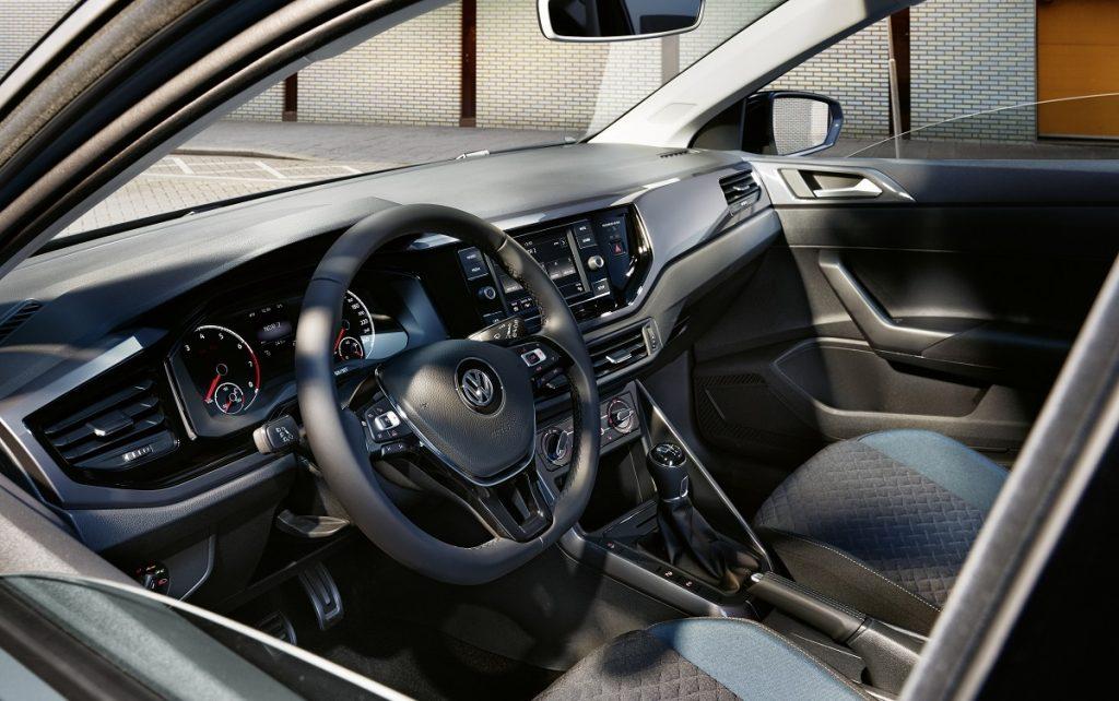 Imagen interior del VW Polo rojo