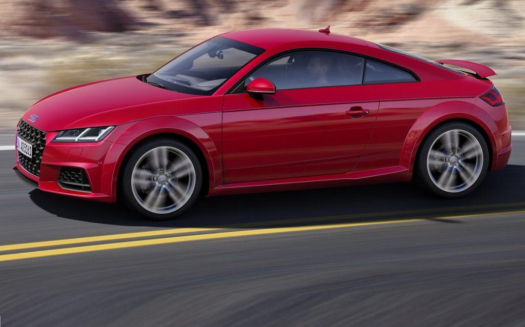 Imagen tres cuartos delantero de un Audi TT de color rojo