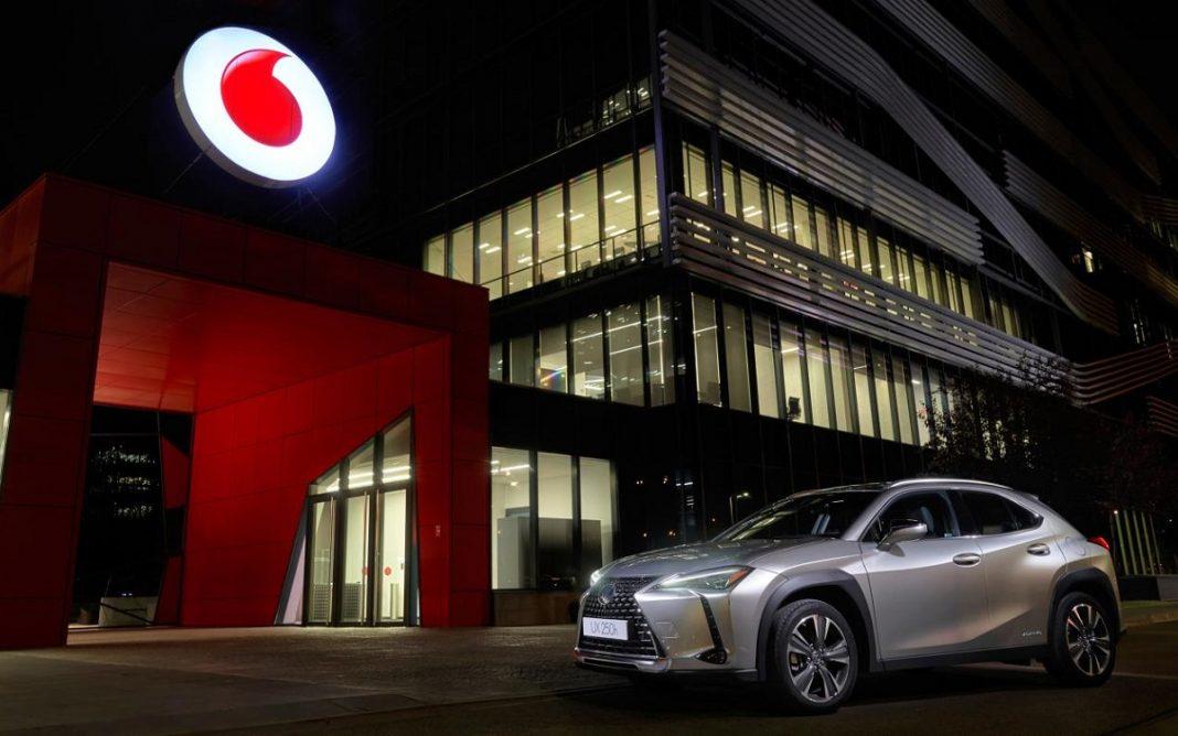 Imagen de un Lexus frente a un edificio de Vodafone
