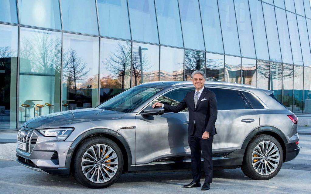 Luca de Meo con un Audi e-tron