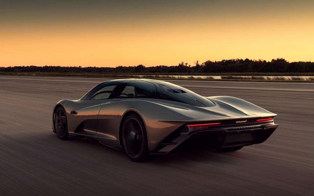 Imagen tres cuartos trasero del McLaren Speedtail en marcha