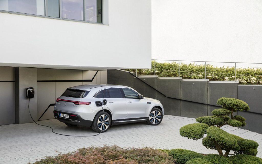Imagen de un Mercedes EQC enchufado