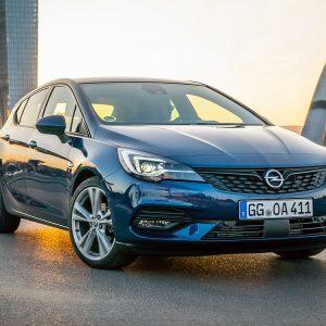 Imagen tres cuartos delantero de un Opel Astra 2019 en la carretera y de color azul
