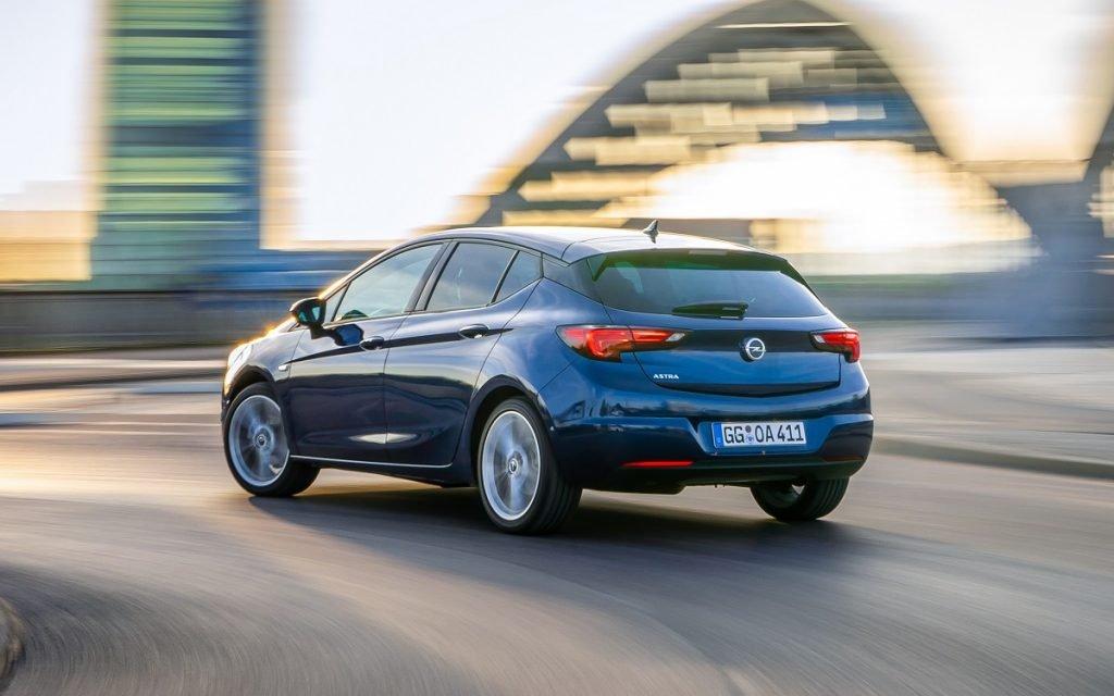 Imagen tres cuartos trasero de un Opel Astra 2019 en la carretera y de color azul