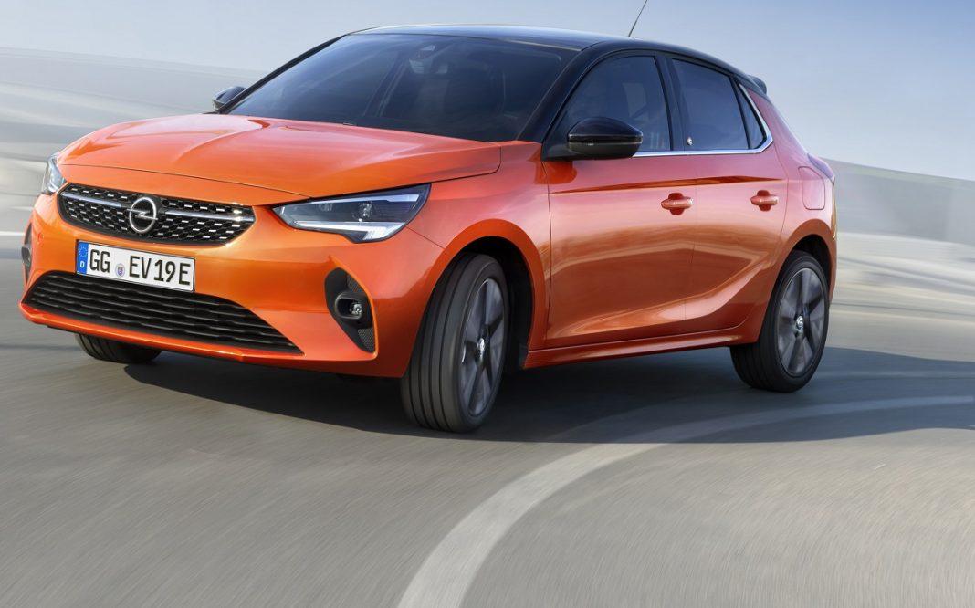 Imagen tres cuartos delantero en carretera del Opel Corsa-e
