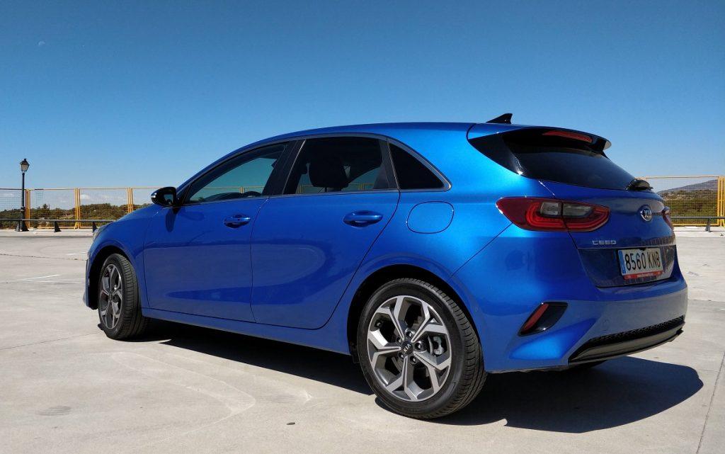 Imagen tres cuartos traserodel Kia Ceed en color azul