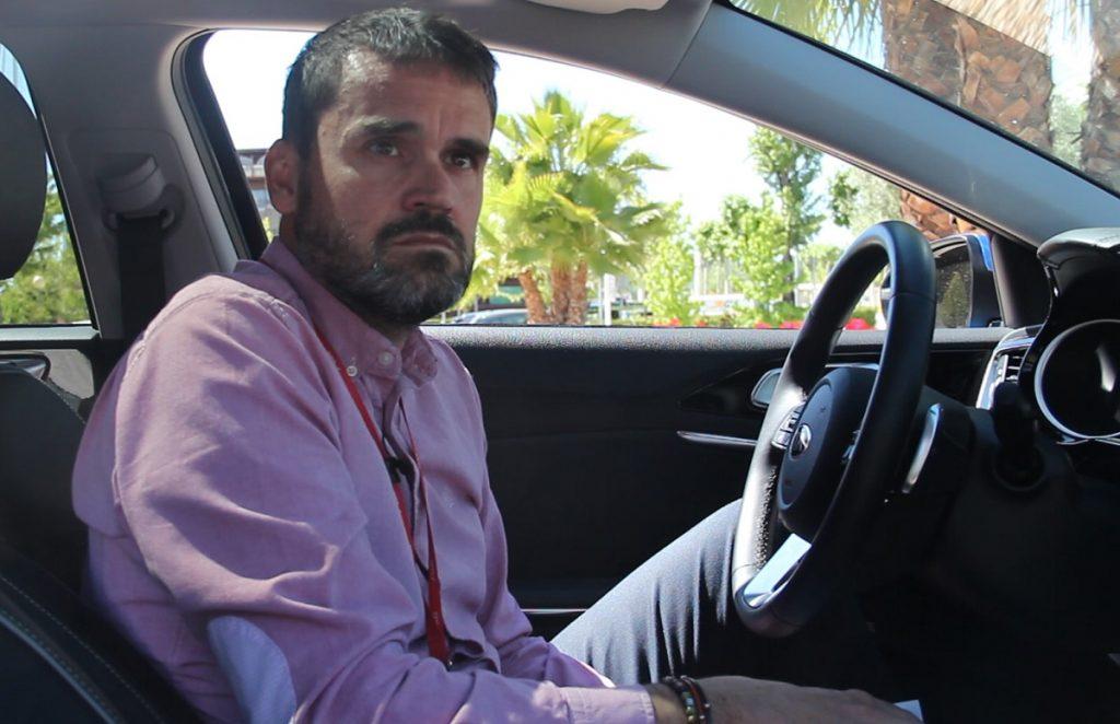 Imagen de Carlos Sahuquillo de GMV sentado en el Kia Ceed