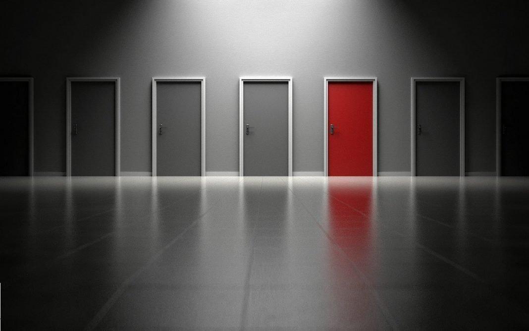 IMagen de varias puertas de color gris y una de color rojo