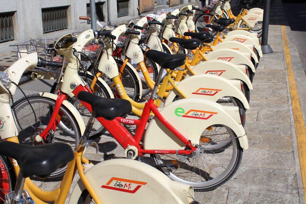 Fila de bicicletas de alquiler aparcadas