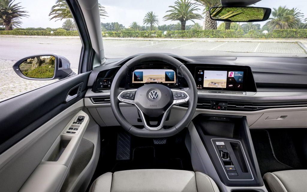 Imagen del salpicadero del nuevo VW Golf 8.