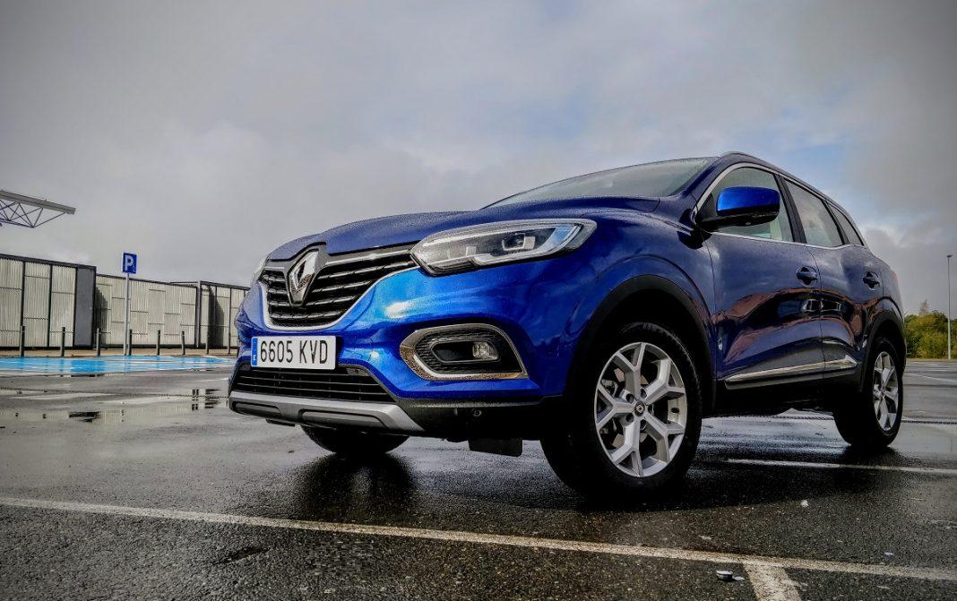 Imagen tres cuartos delantero de un Renault Kadjar de color azul
