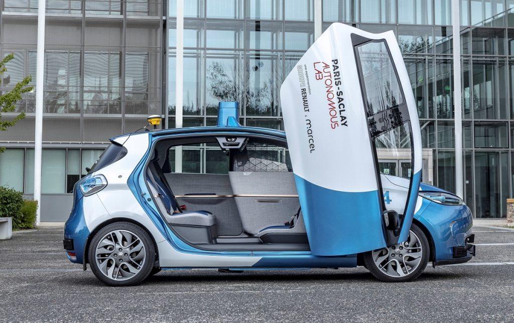 Imagen de un Renault Zoe autónomo con su puerta abierta en vertical
