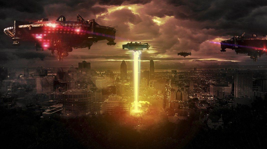 Naves espaciales sobrevolando una ciudad