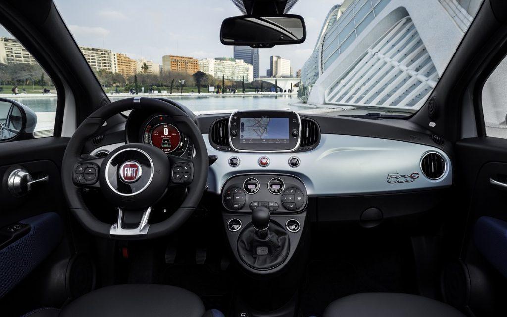 Imagen tres cuartos trasero y del interior del Fiat 500C