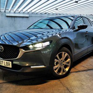 Imagen tres cuartos delantero del nuevo Mazda CX30 en parado