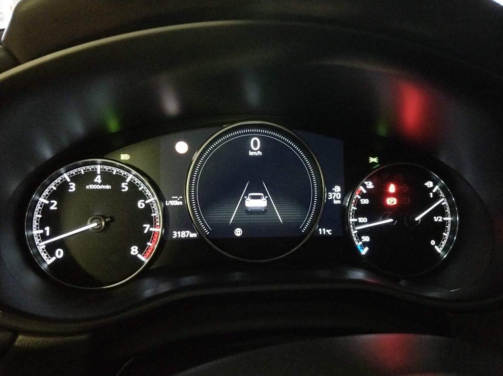 Detalle de la instrumentación del Mazda CX-30
