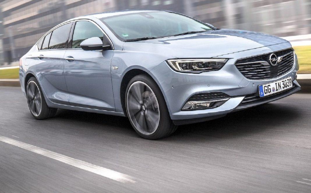 Imagen Opel Insignia tres cuartos delantero en carretera