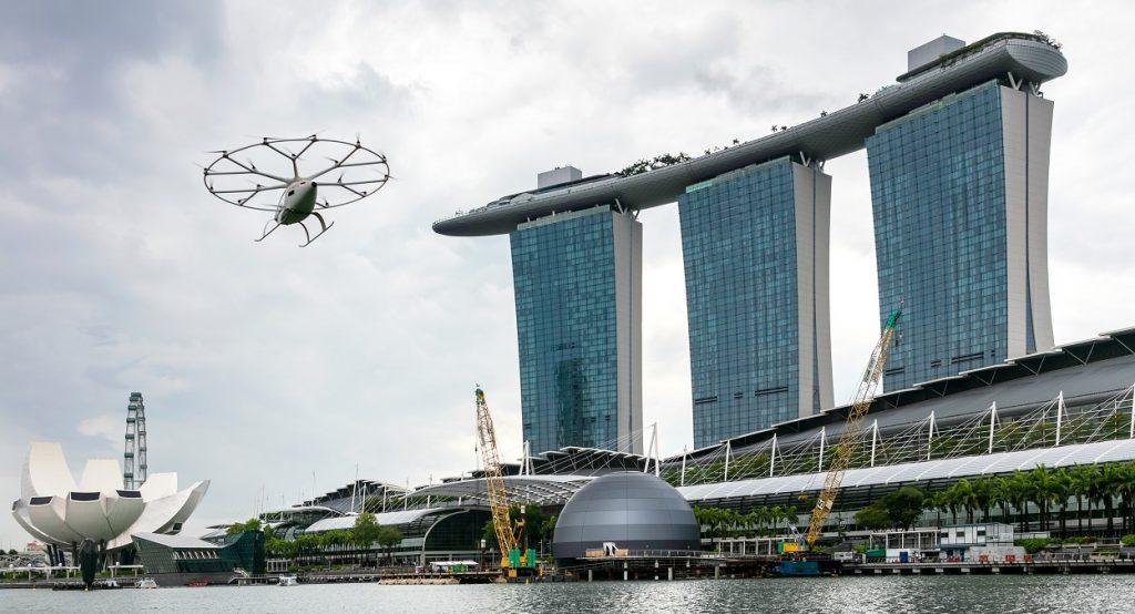 un vehículo con apariencia de dron volando sobre la bahía de Singapur