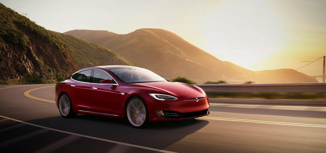 Tesla Model S en carretera