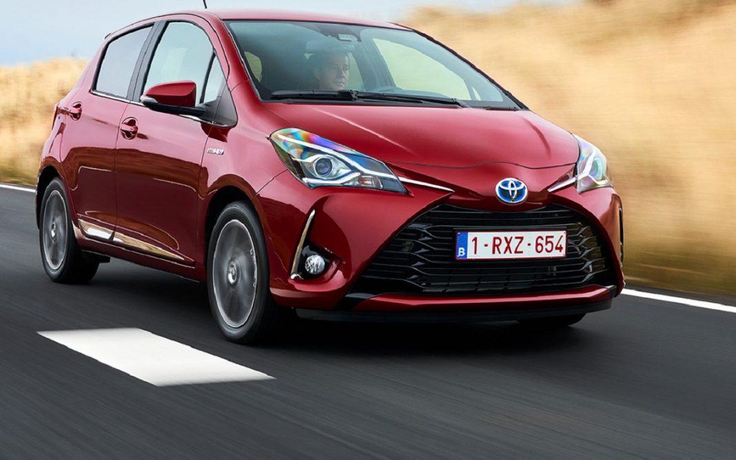 Imagen tres cuartos delantero de un Toyota Yaris híbrido de color rojo