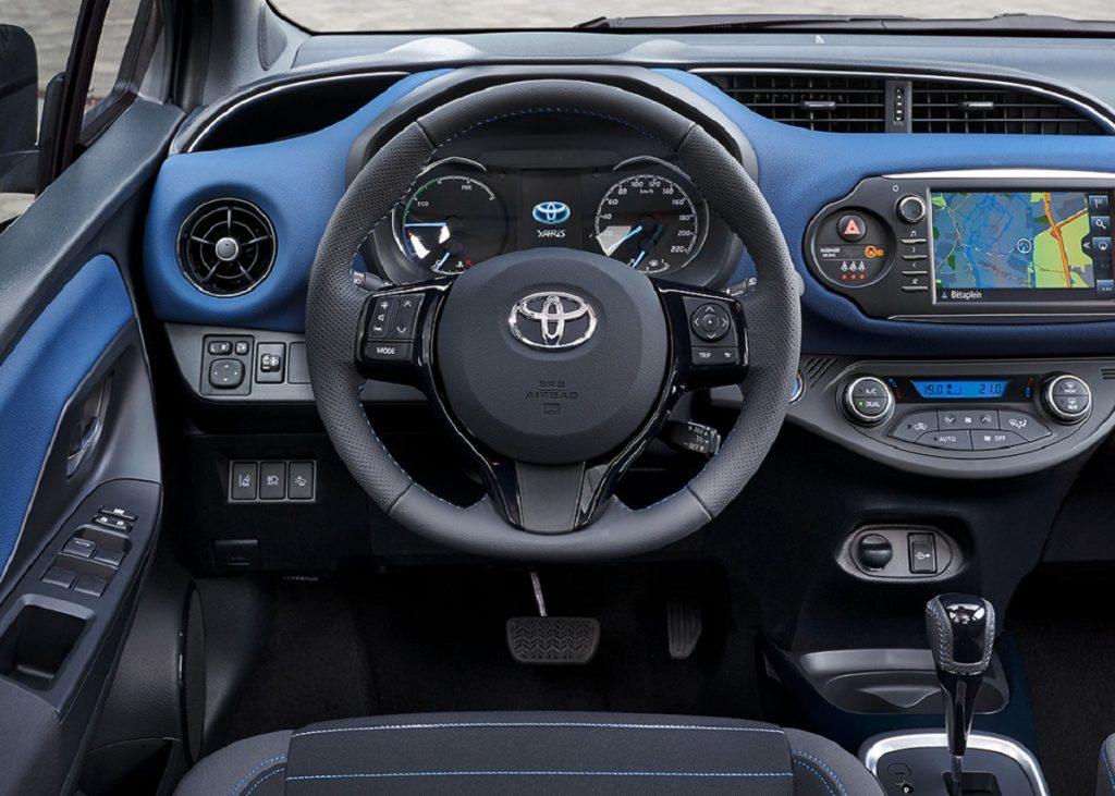Imagen interior de un Toyota Yaris híbrido de color rojo