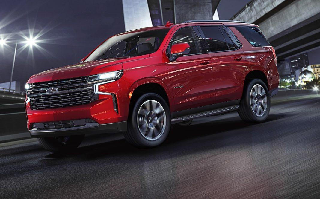 Imagen tres cuartos delantero de un Chevrolet Tahoe de color rojo