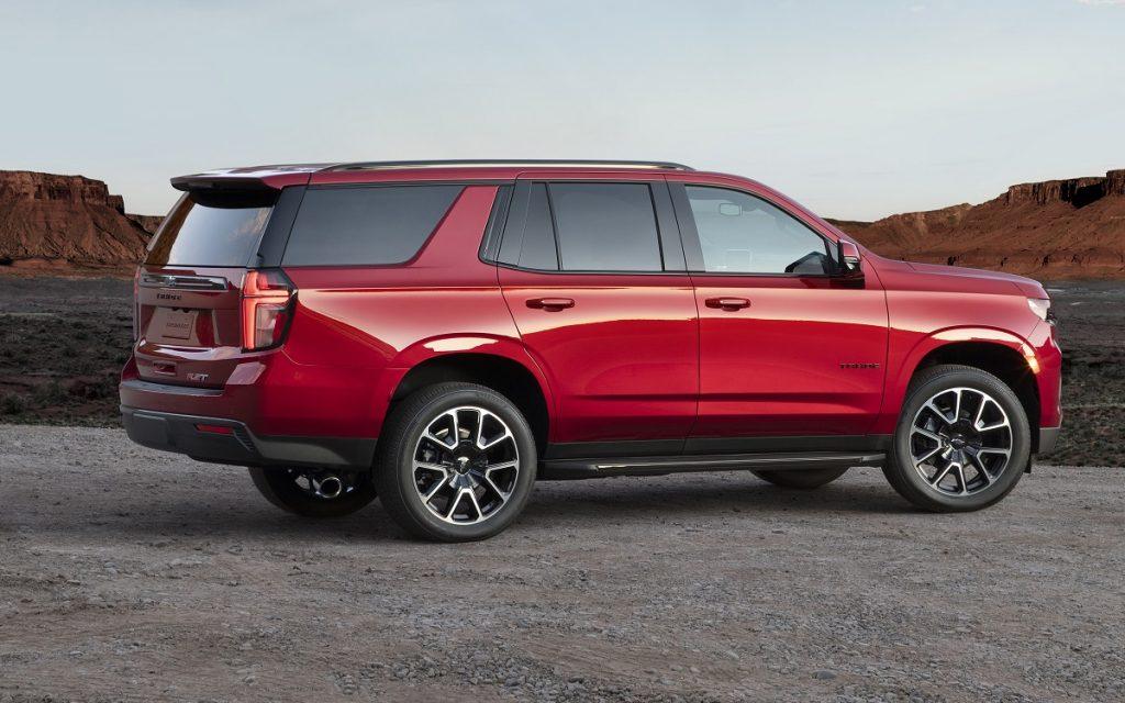 Imagen tres cuartos trasero de un Chevrolet Tahoe de color rojo