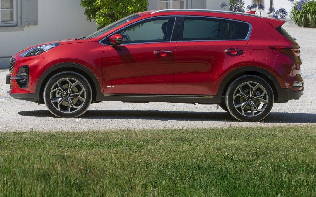 Imagen de perfil de un Kia Sportage de color rojo en parado