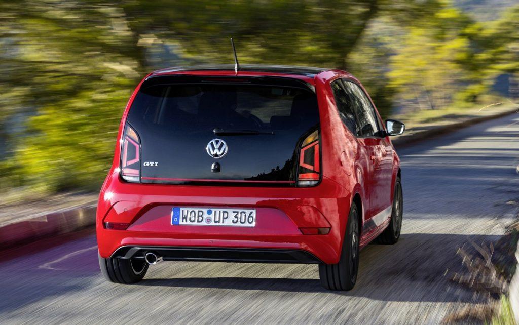 Imagen tres cuartos trasero del nuevo VW UP! GTI de color rojo