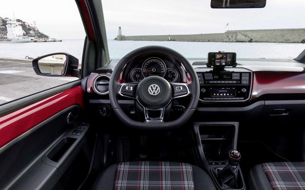Imagen interior del nuevo VW UP! GTI de color rojo