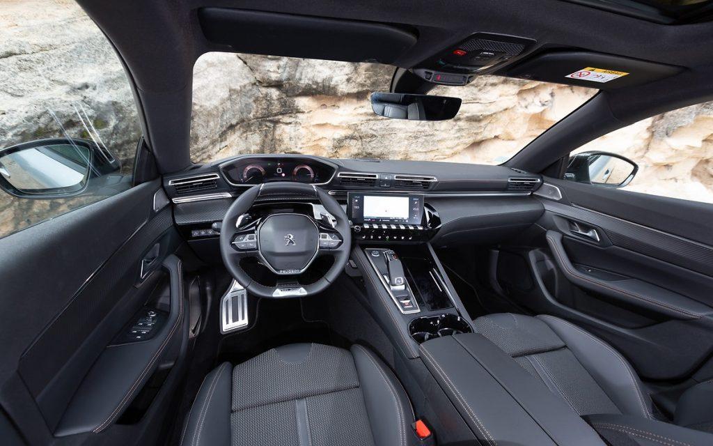 Imagen interior de un Peugeot 508 en carretera