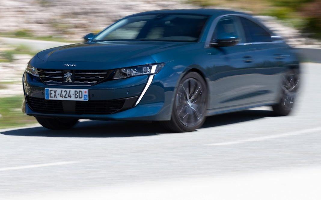 Imagen tres cuartos delantero de un Peugeot 508 en carretera