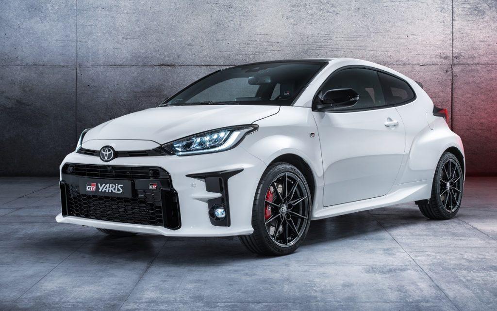 Imagen tres cuartos delantero del nuevo Toyota GR Yaris de color blanco