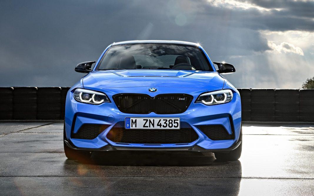 Imagen del BMW M2 CS azul visto de frente