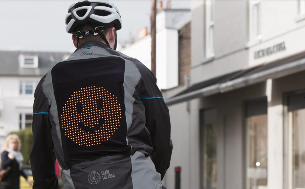 Imagen de un hombre llevando la nueva emoji-chaqueta creada por Ford