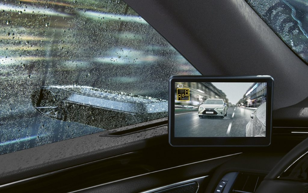Imagen de los monitores que muestran las imágenes de las cámaras del Lexus ES 300 h.