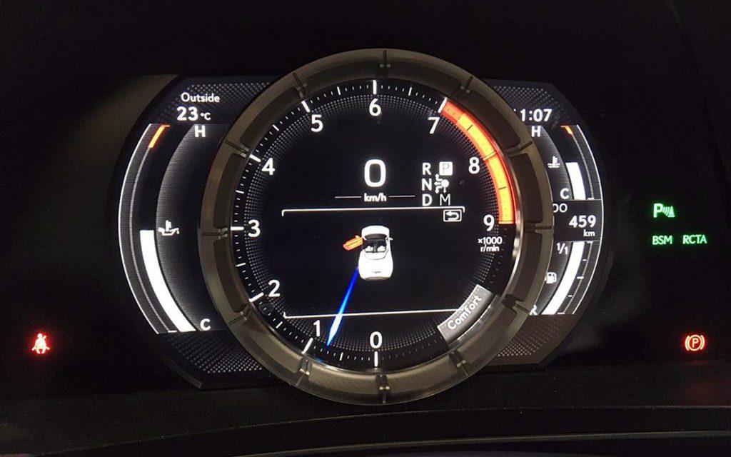 Detalle de instrumentos en el Lexus LC 500 Cabrio