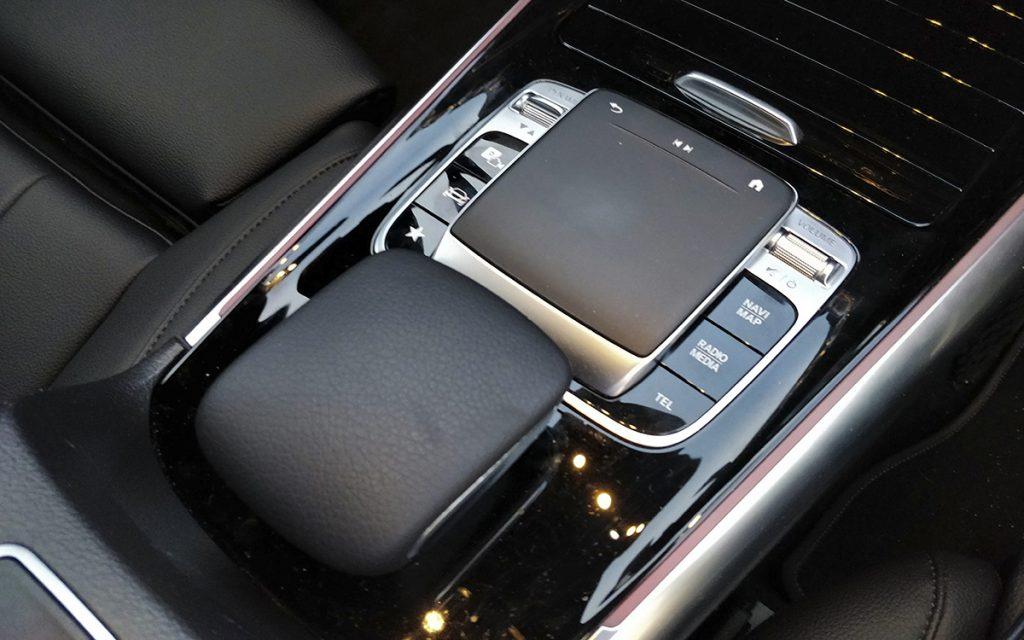 Detalle del 'trackpad' en el Mercedes-Benz B200 D