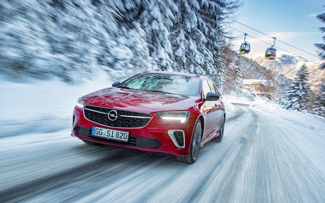 Imagen de un Opel Insignia 2020 en la nieve