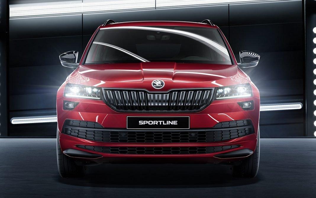 Imagen frontal del Skoda Karoq Sportline en color rojo