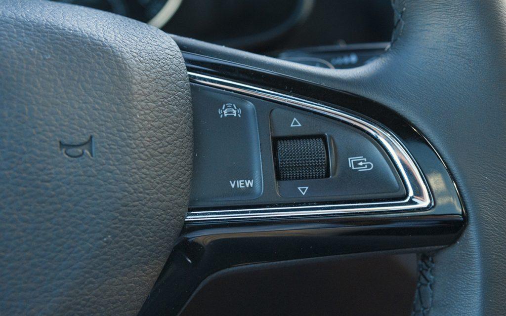 Detalle de mandos en el volante del Skoda Scala Sport