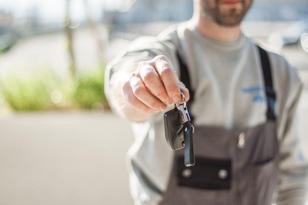 Un hombre ofrece unas llaves a la cámara