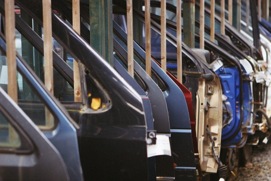 Puertas de coche colgadas en una fábrica